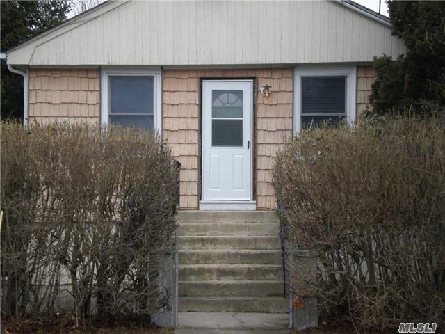27 Mapleton Ave, Farmingville, NY 11738