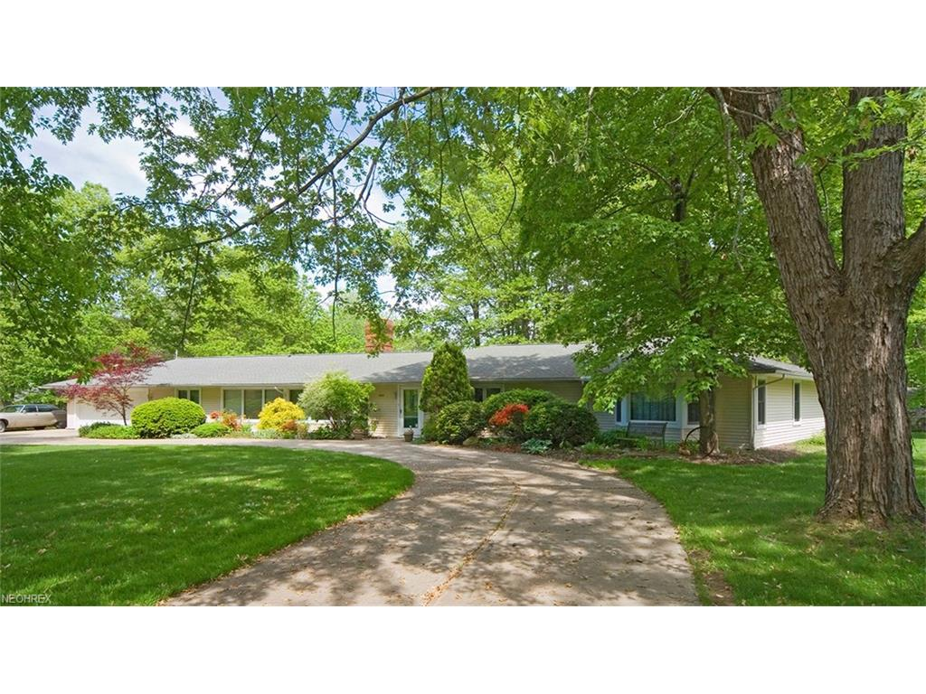 240 Murwood Dr, Moreland Hills, OH 44022
