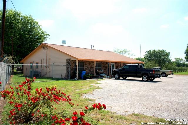 225 E Chihuahua St, La Vernia, TX 78121