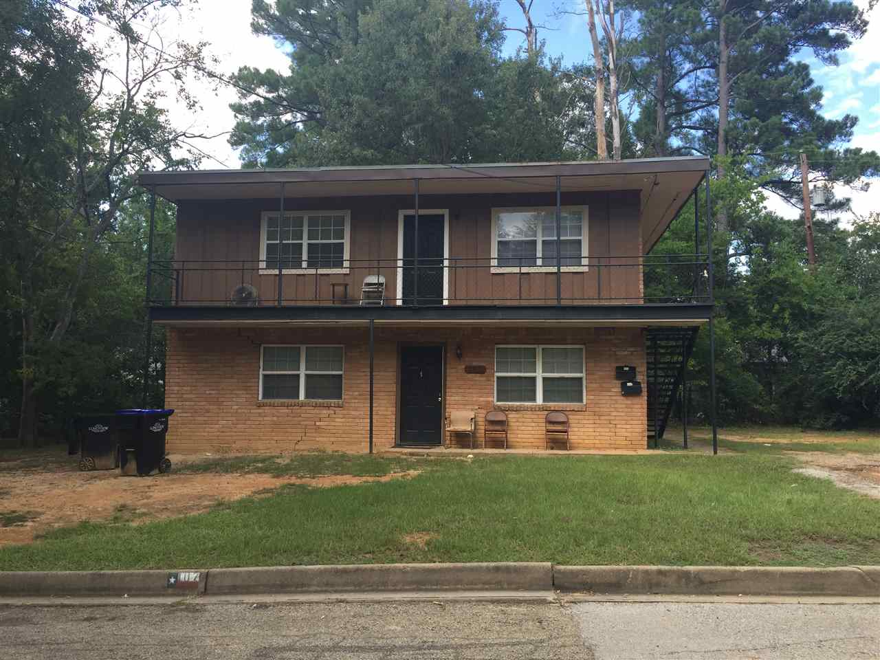 Great Investment Property! 2 Story duplex with 1 bedroom 1 bath unit downstairs and 1 bedroom 1 bath unit upstairs. Both units are currently rented at $450 each!