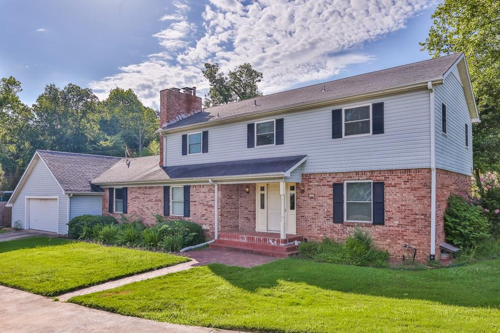 1304 N Crossover RD, Fayetteville, AR 72701