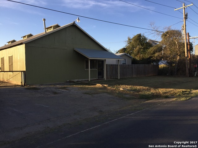 606 S Main St, Dilley, TX 78017