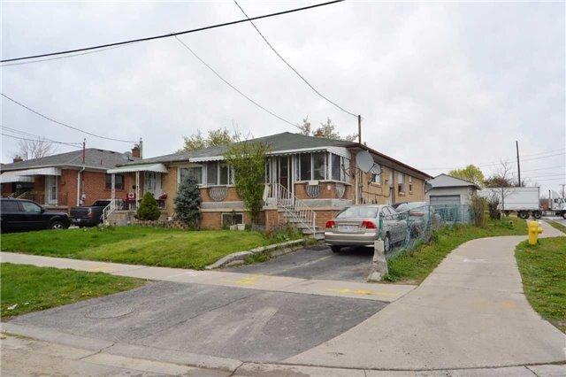 1 Habitant Dr, Toronto, ON M9M 2N7