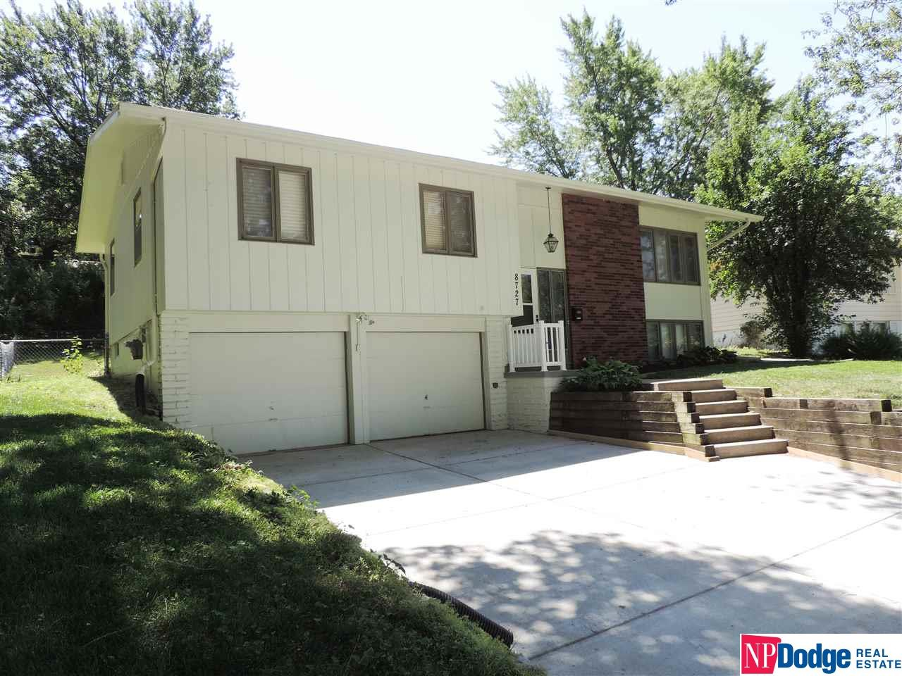 8727 Lakeview Drive, Omaha, NE 68127