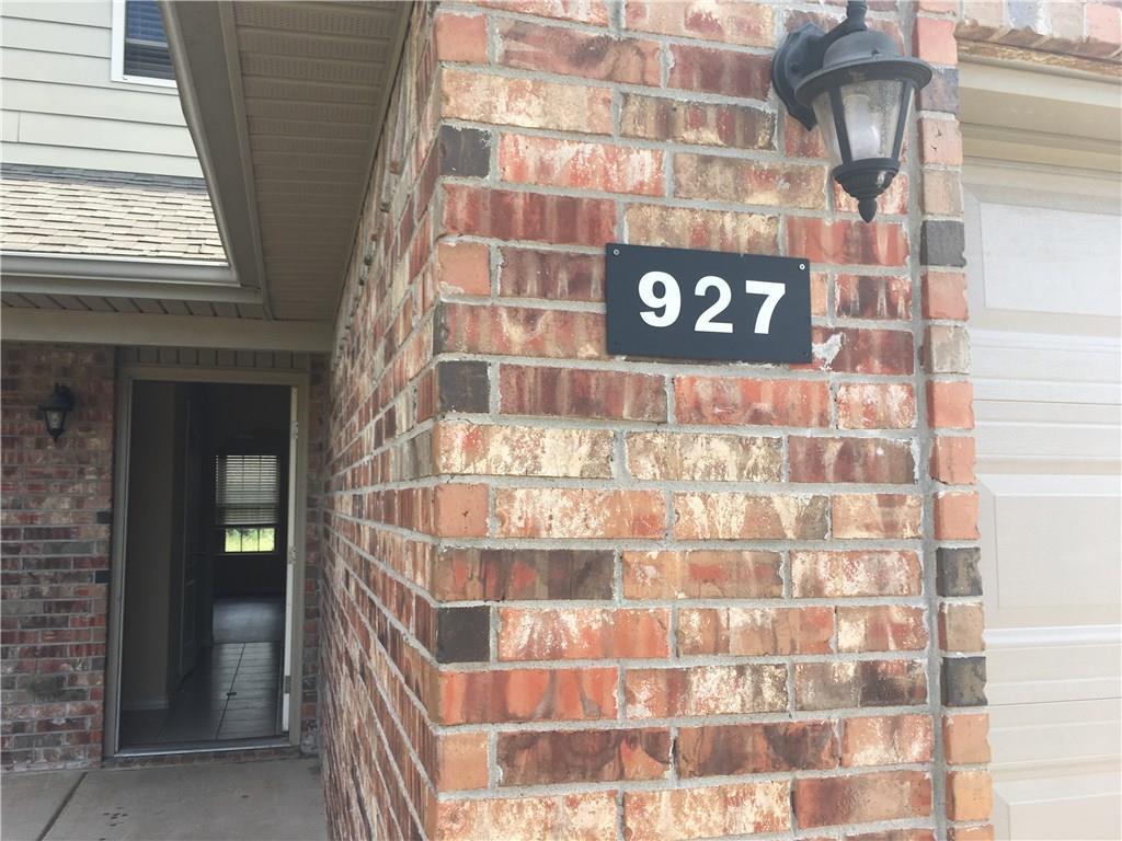 927 Oak Crossing DR, Centerton, AR 72719