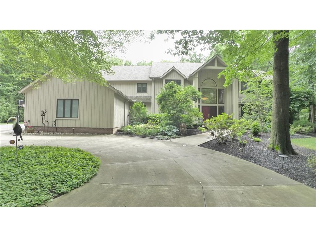 70 Easton Ln, Moreland Hills, OH 44022