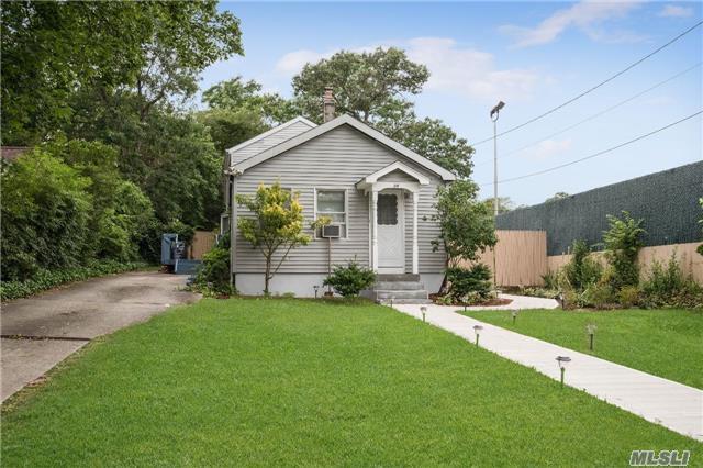 38 Woodmont Pl, Farmingville, NY 11738
