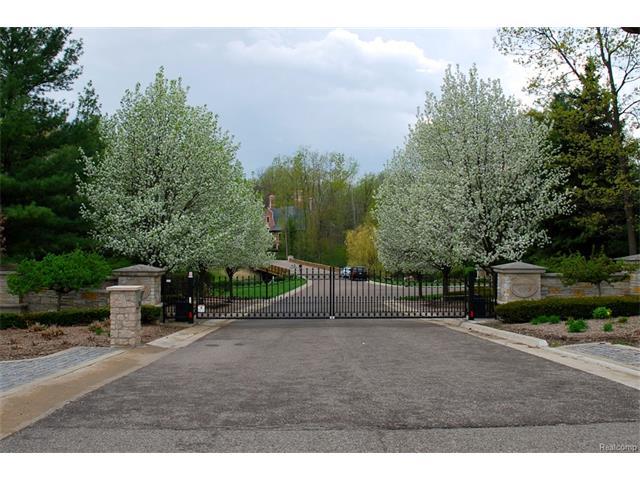 589 Barrington Park, Bloomfield Hills, MI 48304