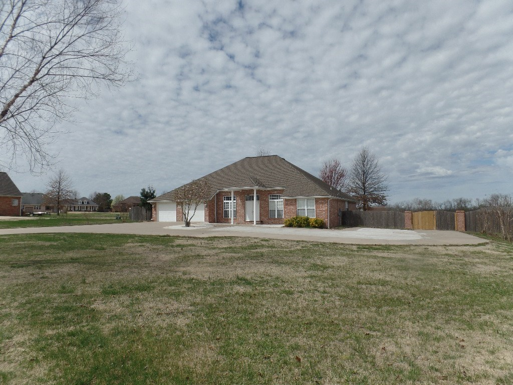 302 Ravenwood RD, Siloam Springs, AR 72761