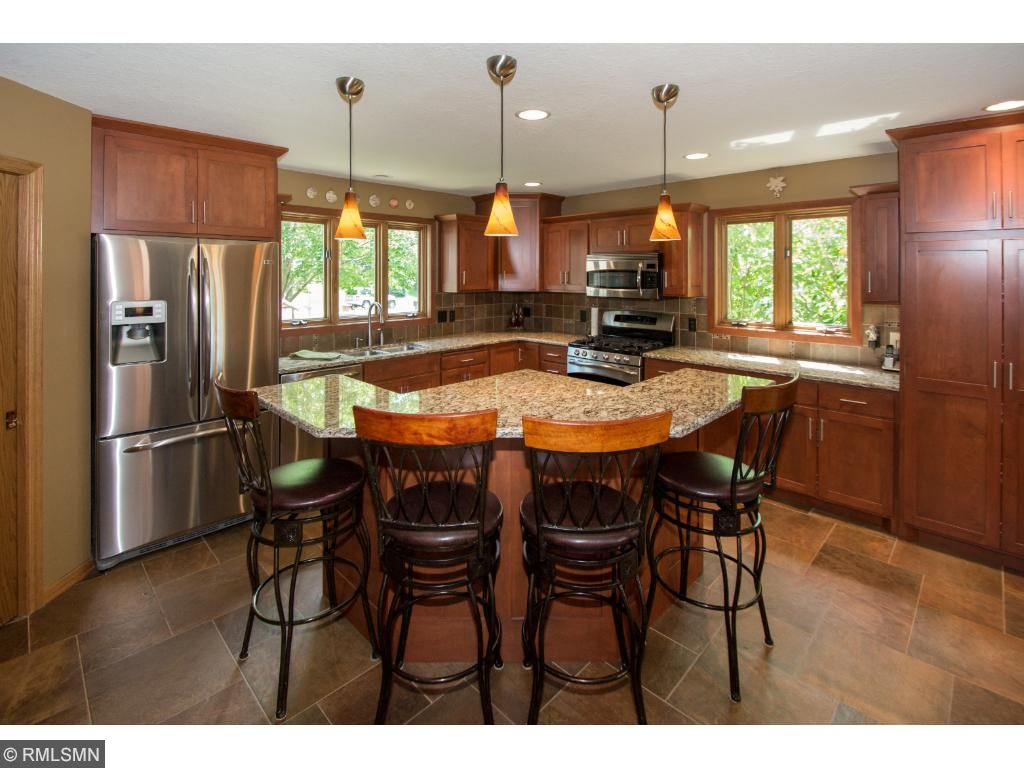 1031 Lakewood Drive S, Maplewood, MN 55119