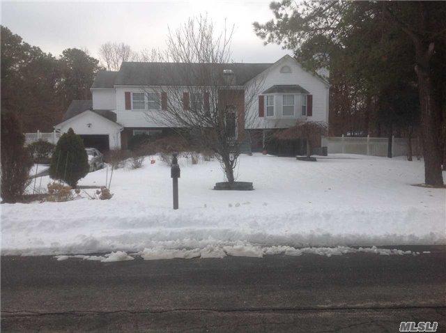 4 Kross Ct, Medford, NY 11763