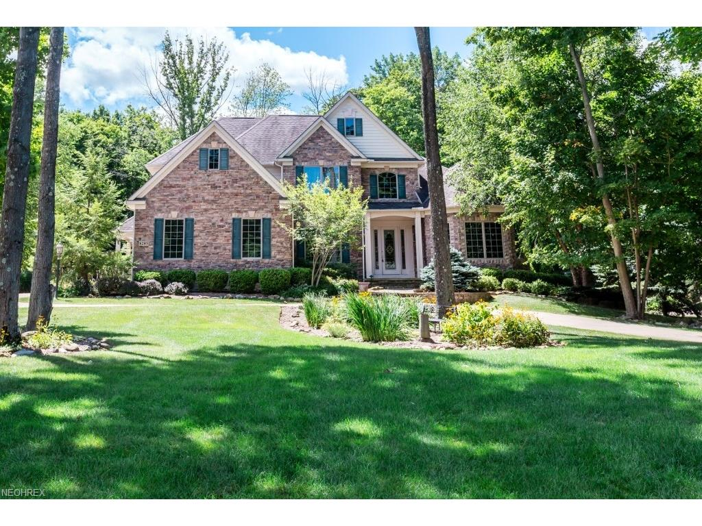 8285 Woodberry Blvd, Chagrin Falls, OH 44023