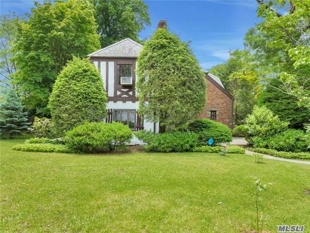 76 Rolling Hill Rd, Manhasset, NY 11030