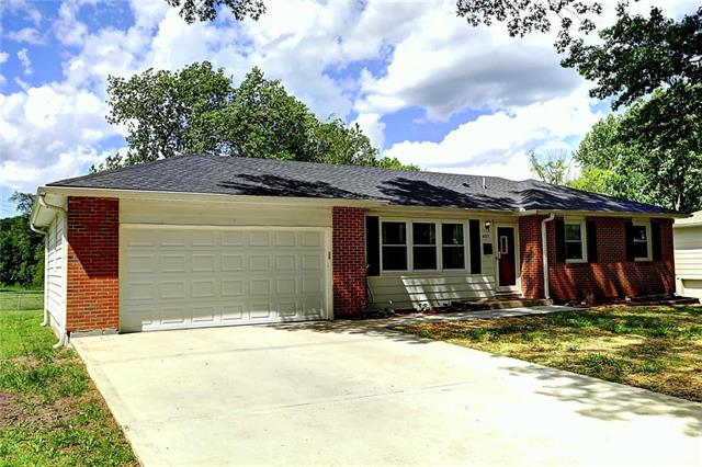 407 NW Lakeview Road, Blue Springs, MO 64014