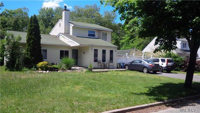 10 Balsam Dr, Medford, NY 11763
