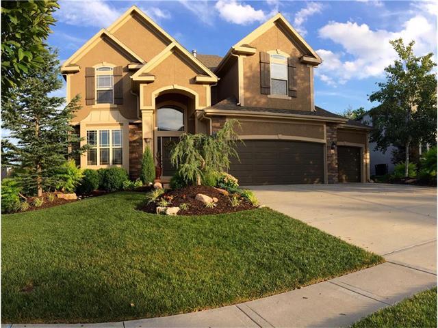 11490 S Lakecrest Drive, Olathe, KS 66061