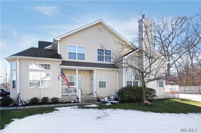 21 Cranberry Cir, Medford, NY 11763